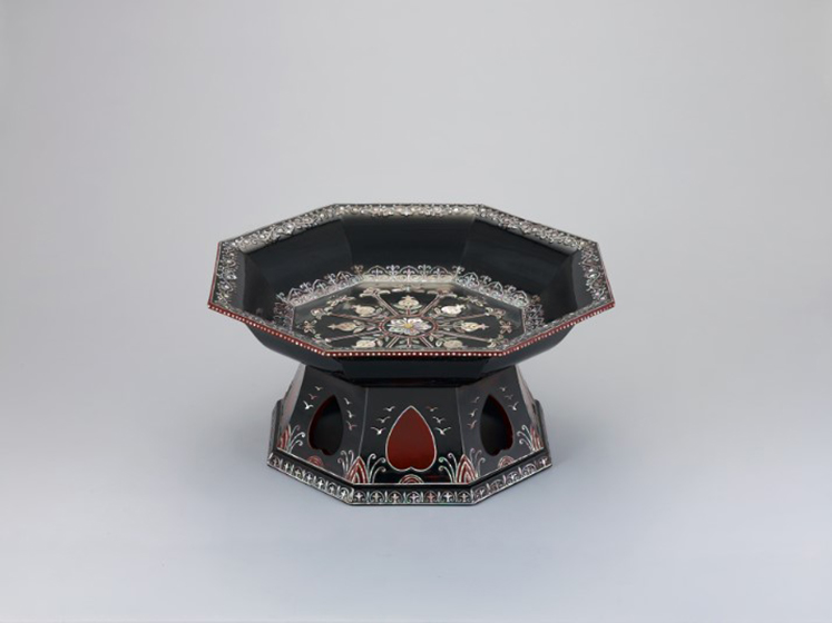 Black lacquered Single-legged small Table with Mother-of Pearl Inlay (작가:김봉룡)